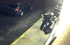 VIDEO: Stoere machtsmisbruikende politieagentje trapt én vernedert weerloze arrestant [Crime Nieuws]