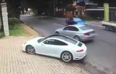 VIDEO: Chauffeur Porsche 911 is véél te snel voor gewapende carjacker in BMW [Crime Nieuws]