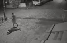 VIDEO: Gewapende overvaller op motor doodgeschoten op straat [Crime Nieuws]