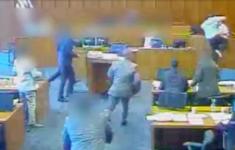 Bizarre beelden: bendelid doodgeschoten in rechtszaal [Panorama]